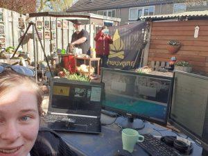 Een actie foto gemaakt in mijn achtertuin met daarop de live outdoor cooking workshop set. Vera die de regie doet, mijn vrouw die de camera doet. en ik sta te presenteren.